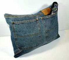 repurpose old denim jeans into a pocket pillow or remote control holder (kids could keep special notes from mom and dad in the pockets on their bed or at camp) Jean Crafts, Denim Crafts, Diy Jeans, Cute Pillows, Diy Pillows, Throw Pillows, Couture, Denim Ideas, Fabric Purses