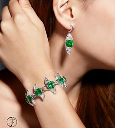 Continuous lines and new shapes are explored from sweeping twists of this set of Colombian emerald & diamond jewellery #formsjewellery #finejewelry #highjewelry #colombianemerald #diamond #marquisediamond