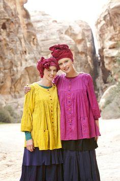 Bluse in Sharon und Fuchsia:  Die beiden Models präsentieren die farbenfrohen Blusen der Herbstkollektion. Sie sind aus Öko-Baumwolle/Viskose und haben verschiedenfarbige Knöpfe.  http://www.gudrunsjoeden.de/Blusen-Tuniken--40056d.html
