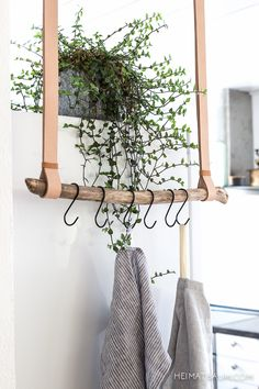 Tea towel holder made of leather and driftwood {DIY} HOME TREE # hallway . - Geschirrtuchhalter aus Leder und Treibholz { DIY } HEIMATBAUM Tea towel holder made of leather and driftwood {DIY} HOME TREE # hallway # entrance area Diy Hat Rack, Hanger Rack, Coat Hanger, Rama Seca, Boho Deco, Ideias Diy, Hanging Racks, Diy Hanging, Hanging Storage