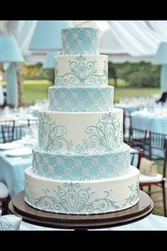 Love the lattice/scroll look on the icing.