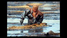 Un hombre trabajando en un derrame de petróleo. (Foto: guioteca.com)