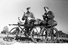 unidades ciclistas en el frente Ruso, notese el Panzerbüchse 39 que lleva el soldado en su bicicleta.