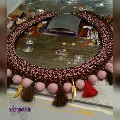 πλεκτό κολιέ με φούντες και πομ πομ Jewelry, Jewellery Making, Jewels, Jewlery, Jewerly, Jewelery, Jewel, Fine Jewelry, Accessories