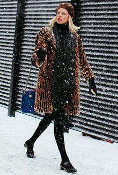 Street style de NYFW com look todo preto + casaco de animal print.
