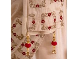 Zardosi Embroidery, Hand Work Embroidery, Simple Embroidery, Hand Embroidery Designs, Embroidery Dress, Beaded Embroidery, Embroidered Dresses, Embroidery Patterns, Sari Blouse Designs