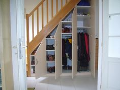 Placard sous escalier, portes battantes, beige Basement Closet, Basement House, House Stairs, Staircase Storage, Stair Storage, Under Stairs Cupboard, Small Cottages, Basement Remodeling, Stairways