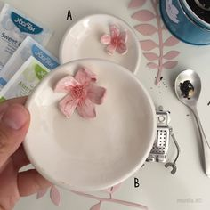 Piattino in ceramica con fiore di ciliegio di MONILAhandmade su Etsy https://www.etsy.com/it/listing/545903778/piattino-in-ceramica-con-fiore-di