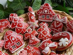 Could be tree ornaments or biscuits. Christmas Sugar Cookies, Christmas Sweets, Christmas Gingerbread, Christmas Cooking, Noel Christmas, Christmas Goodies, Holiday Cookies, Holiday Treats, Iced Cookies