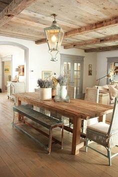 rustik yenek odasi dekorasyonu uzun ahsap masa eski bank hasir sandalyeler fener avize