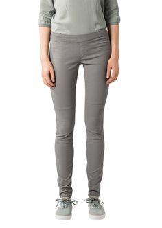 Hose im Leggings Stil aus einem Leder-Touch Stretch in 97% Baumwolle und 3% Elastan mit dezenten Naht-Details im Kniebereich. Eine Beschichtung kreiert diese einzigartige Leder-Optik mit mattem Schimmer....