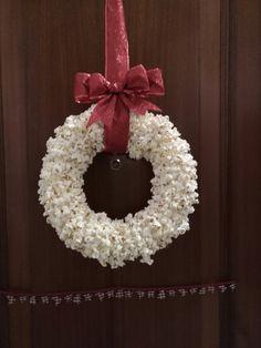 De palomitas nuestra corona navideña de la entrada a casa !! El lazo, perfecto que me ha salido.