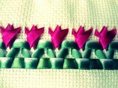 Um babador customizado para seu bebê não é um charme?    Deixe seu enxoval infantil cheio de graça com uma peça unica e exclusiva!    Ele auxilia na limpeza das roupinhas do seu bebê na hora da alimentação!    Cores disponíveis: azul, rosa, amarelo e verde! Consulte-nos sobre opções.    -Bordada ... Ribbon Work, Ribbon Embroidery, Projects To Try, Nerd, Flowers, Cocktail, Diy And Crafts, Handmade Crafts, Silk Ribbon Embroidery