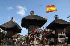 No es un ninguna enseña hinduista, sino la bandera española en un templo de Bali.