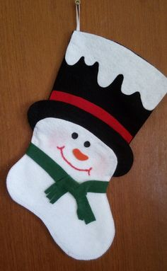 Bota de Natal Boneco de Neve Disney Christmas Stockings, Felt Christmas Ornaments, Christmas Sewing, Christmas Crafts For Kids, Xmas Crafts, Felt Crafts, Christmas Holidays, Dough Ornaments, Theme Noel