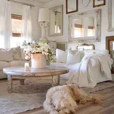 47 Inspiring Shabby Chic Living Room Ideas - Have smart thoughts when you want to decorate a room cheaply and nicely. Some people believe that redecorating a living room will involve a big budget. Vintage Porch, Vintage Farmhouse Decor, Shabby Chic Farmhouse, Shabby Chic Cottage, Shabby Chic Homes, Living Room Decor Shabby Chic, Shabby Chic Apartment, Rustic Chic Decor, Farmhouse Front