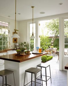 DESDE MY VENTANA: UNA COCINA ABIERTA AL JARDIN / OPEN KITCHEN with French doors to the garden.