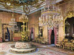 Salones Gasparini (saleta, antecámara y cámara). La primera en seda rosa francesa, redecorada por Fernando VII. Fue usada como comedor por Carlos III. Aquí comía delante de toda su corte, solo, sin compañía de la familia real.