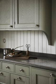 Add wood like this to the bottom and side of the cabinets on the storage wall for… - Kitchen Decor Green Kitchen, New Kitchen, Kitchen Decor, Kitchen Design, Wooden Kitchen, Kitchen Ideas, Beautiful Kitchens, Cool Kitchens, Diy Xmas