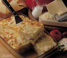 Hozzávalók: 40 dkg házi laska- vagy csuszatészta, 1 kiskanál só, 60 dkg pulykamellfilé, 1 mokkáskanál őrölt fekete bors, 6 dkg vaj, 25 dkg trappista vagy ementáli sajt (a fele füstölt sajt is lehet), kb. 3 dl ... Bors, Vaj, Camembert Cheese, Dairy, Lasagna