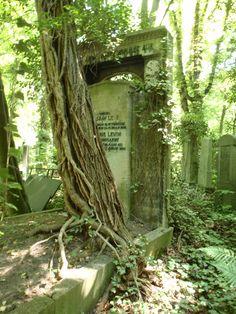 In the Judischer Friedhof Weißensee (Jewish Cemetery at Weißensee in Berlin