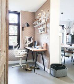 Binnenkijken bij marjoleinbouhuijzen Office Desk, Inspireren, Furniture, Home Decor, Everything, Desk Office, Desk, Interior Design, Home Interior Design