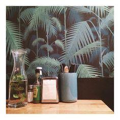 Ambiance tropicale chez @kokomobx #kokomo #cantine #burger #palmtrees #wallpaper #exotic #tropical #tropicool #lunch #food #restaurant #bordeaux #bonneadresse #papierpeint #palmiers #déco #decoration #wall