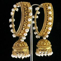 The largest collection of photographs of bridal gold jewellery designs. Find kundan gold designs, meenakari bridal gold and temple jewellery. India Jewelry, Temple Jewellery, Pearl Jewelry, Wedding Jewelry, Gold Jewelry, Gold Necklaces, Jewelry Shop, Jhumka Designs, Indian Earrings