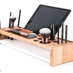 DESIGN MAKE-UP ORGANIZER UND TABLETHALTER AUS HOLZ – balneowood von Julia Koch