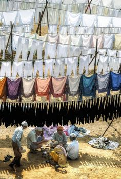 Shade Photo by Vikas GARG / laundry workers in India eating in the shade of drying clothes Smelly Laundry, Laundry Art, Laundry Lines, Laundry Room, Lava, People Of The World, Your Shot, Incredible India, Belle Photo