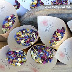 """""""Fiore di Confetti"""" Coge un puñado de """"Fiore"""", pide el mejor deseo para ellos y mientras lo lanzas, grita ... Viva los Novios! Confeti de pétalos y flores naturales secas. """"Fiore di Confetti"""" es un producto original de Hecho por Kit ©2016"""