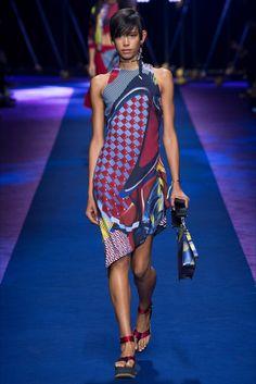 Guarda la sfilata di moda Versace a Milano e scopri la collezione di abiti e accessori per la stagione Collezioni Primavera Estate 2017.
