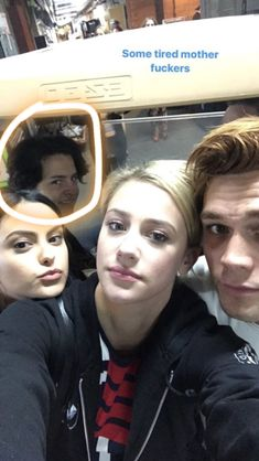 I live for riverdale cast photos Riverdale Funny, Bughead Riverdale, Riverdale Archie, Riverdale Memes, Betty Cooper, Archie Comics, Stranger Things, Archie And Betty, Lili Reinhart And Cole Sprouse