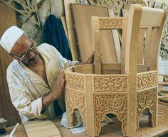 يقول المثل  ( يفنى مال الجدين وتبقى حرفة اليدين) حرفي مغربي