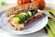 Receta de YoComoBien para preparar un delicioso y saludable bocadillo de bacalao, aguacate y tomate. Receta de un bocadillo fácil, saludable y delicioso.