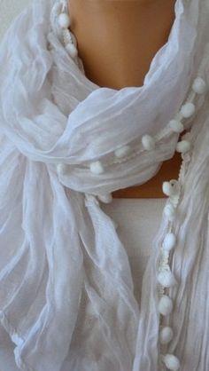 En tela blanca añadiéndole un adorno de bolitas en la orilla.