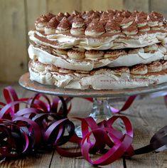 Ten tort to petarda. Więcej nie będę pisać. Koniecznie musicie spróbować. Składniki na 1 blat bezowy: 2 białka (ok. 75 g), w temp...