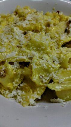Ravioles de espinaca y ricotta, con salsa de nueces, crema y azafrán