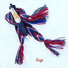 #hosebånd  #flammaband  #sokkaband  #strømpebånd  #sognebunad  #sogn  #herrebunad  #mannsbunad  #husflid  #raumagarn  #hjemmelagd  #sylvsmidja  #bunadsølv  #bunadskniv  #bregdabånd  #braiding  #bunad  #norsk  #bunadstilbehør   #norsktradisjon  #staskaren  #madeinnorway  #homemade  #norwegianmade  #ribbons  #nationalcostume  #accessories Hobbies And Crafts, Weaving, Photo And Video, Band, Knives, Macrame, Costumes, Image, Instagram