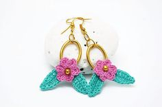 Little crochet earrings with flowers and golden ring