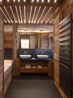 Photographe: B. Bodin #ateliermontsetmerveilles #architecturelovers #interiordesign #woodworking #interiordecor #luxurylifestyle #chalet #bathroom #bathroomdesign #luxuryhomes #madeinfrance #cabinetmaker #salledebain #deco