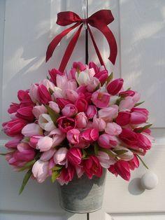 I LOVE TULIPS! Valentine wreath, spring wreath, front door wreath, wreath alternative, light and dark pink tulip wreath Wreaths For Front Door, Door Wreaths, Orquideas Cymbidium, Mothers Day Wreath, Tulip Wreath, Deco Floral, Valentine Wreath, Valentines, Pink Tulips