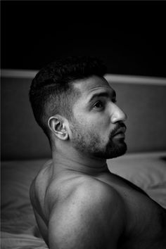 He then propped up his upper body to show us what strong shoulders he's got. Photos Of Vicky Kaushal And His New Abs That'll Make You Want To Jump Into A Pool Bollywood Stars, Bollywood News, Movies Bollywood, Celebrity Crush, Celebrity News, Celebrity Couples, Movies Quotes, Strong Shoulders, Man Crush Everyday