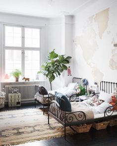 Why have a shared kids bedroom unless you really needed to right? Well there are many positives for having a shared kids bedroom. Both for kids and parents! Big Girl Rooms, Boy Room, Kids Rooms, Room Kids, Room For Two Kids, 5 Kids, Child's Room, Deco Kids, Shared Rooms