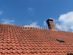 Ziegeldach mit Schornstein sowie blauem Himmel mit Wolken in Oerlinghausen im Teutoburger Wald  bei Bielefeld in Ostwestfalen-Lippe