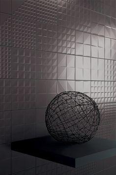 Tekne è la nuova collezione di piastrelle in ceramica da rivestimento, di Ceramica Bardelli, realizzate in bicottura finitura opaca. Il sistema si compone di quattro decori a rilievo geometrico con effetto ottico variabile secondo la luce, disponibile in quattro colori (bianco, blu, marronee nero), nel formato 20x20 cm spessore mm 8.