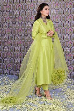 Dress Indian Style, Indian Dresses, Indian Outfits, Indian Wear, Pakistani Dresses Casual, Pakistani Dress Design, Pakistani Bridal, Desi Wedding Dresses, Party Wear Dresses