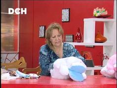 Guarda Pijama - Irma Ramos - YouTube Baby Bibs Patterns, Bib Pattern, Youtube, Projects To Try, Sewing For Kids, Scrappy Quilts, Fabric Purses, Throw Pillows, Feltro