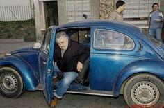 """Una leyenda viva. Este domingo deja la presidencia de Uruguay. Ya se despidió de su pueblo en una manifestación abierta. Será sustituido por Tabaré Vásquez, de su propio partido. """"Soy de los …"""