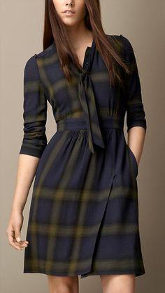 Pin for Later: Shopping: Et Si On Se Mettait Au Tartan? Burberry Robe en laine check avec lien à nouer (495€)